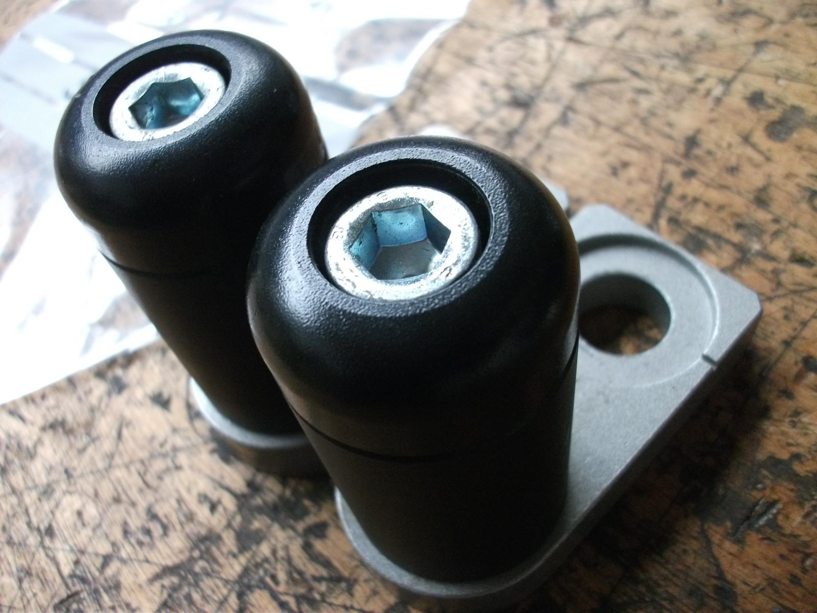 Kawasaki ER 6 Sturzpads für Schwinge - Nr. 5899 B C 7
